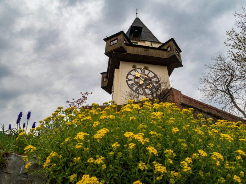Stadt Graz - Grazer Uhrturm mit Blumen im Vordergrund